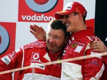 Michael Schumacher y Ross Brawn se abrazan en su etapa en Ferrari