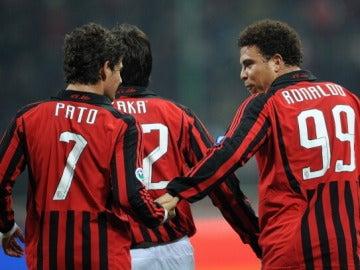 Ronaldo y Pato celebran un gol durante su etapa en el Milan