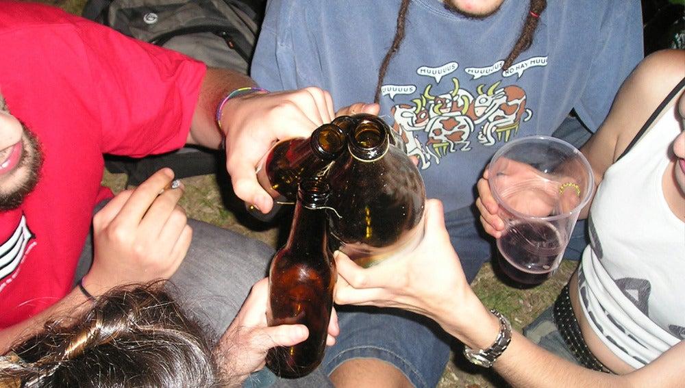 Menores bebiendo alcohol.