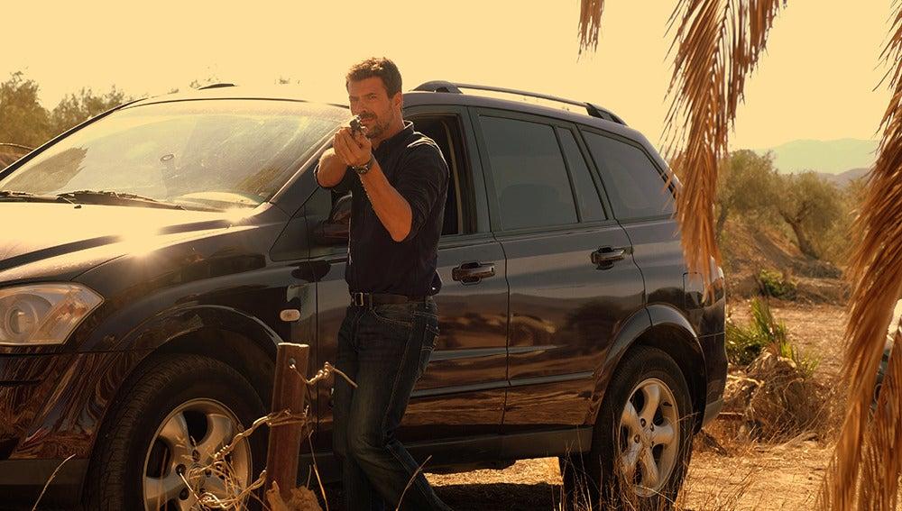 ¿A quién apunta Héctor con una pistola?