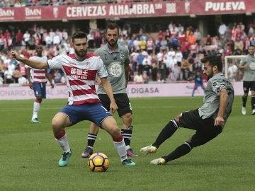 Juan Toral se lleva el balón en el Granada - Deportivo