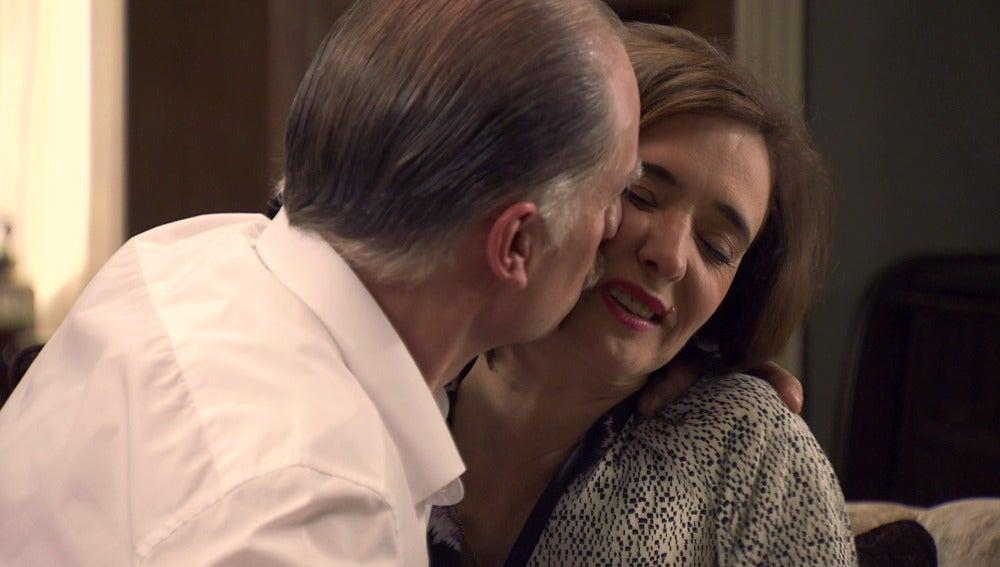 Alba pilla a Félix y Rosalía muy pegados