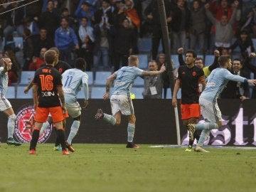 Los jugadores del Celta celebran su gol ante el Valencia.
