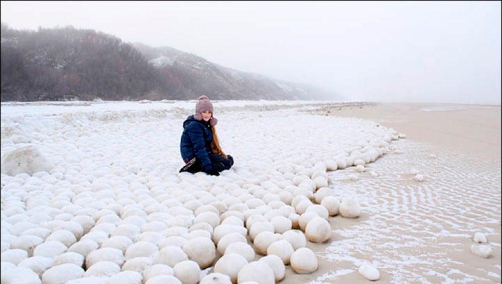 Extrañas bolas de nieve en una playa de Siberia