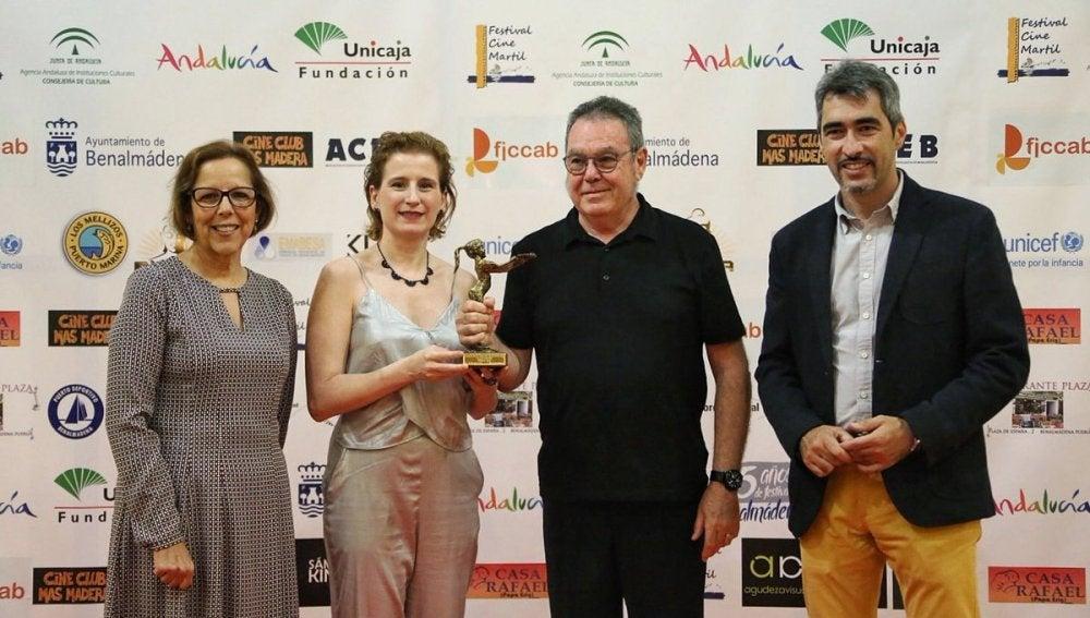 El equipo de 'Allí abajo' recoge el premio a mejor serie 2016 en el Festival de Cine de Benalmádena
