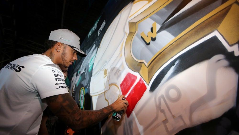 Lewis Hamilton completa el grafiti creado en su honor en Sao Paulo