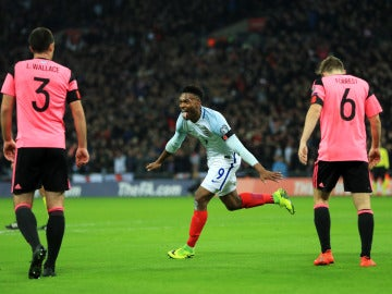 Sturridge celebrando un gol frente a Escocia