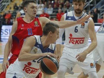 Jaycee Carroll intenta entrar a canasta ante la defensa del CSKA