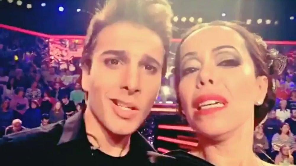 Blas Cantó y Beatriz Luengo interpretan 'La mordidita' como Isabel Pantoja y Ricky Martin