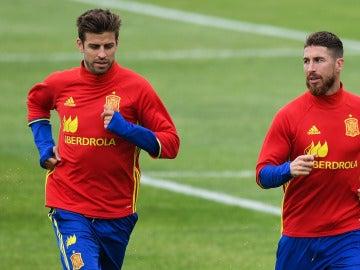 Sergio Ramos y Piqué en un entrenamiento de la 'Roja'