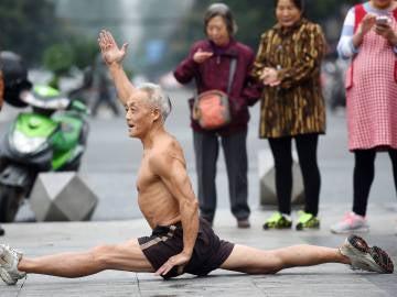Zheng Xinglu hace deporte en la calle