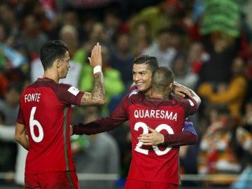 Cristiano celebra un gol con Fonte y Quaresma