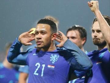 Depay celebrando un gol
