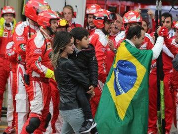 Los mecánicos de Ferrari despiden a Felipe Massa