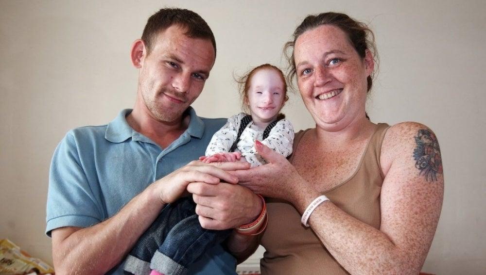 Charlotte Garside junto a sus padres cuando tenía 15 años