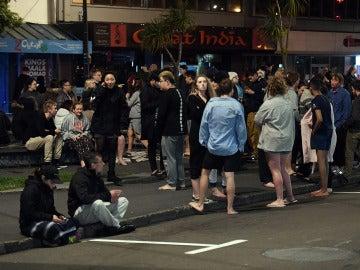 Los evacuados esperan en la calle
