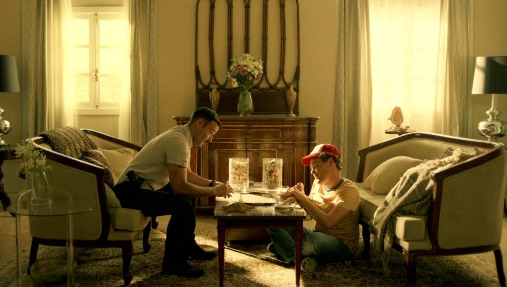 Pablo intenta sonsacar información a Sergio sobre Juan Rueda