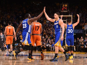 Thompson, Green y Curry celebran una canasta ante los Suns