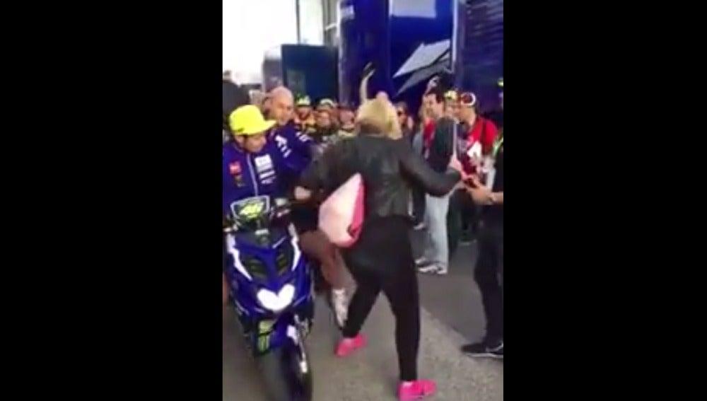 La patada de Rossi en el paddock de Cheste