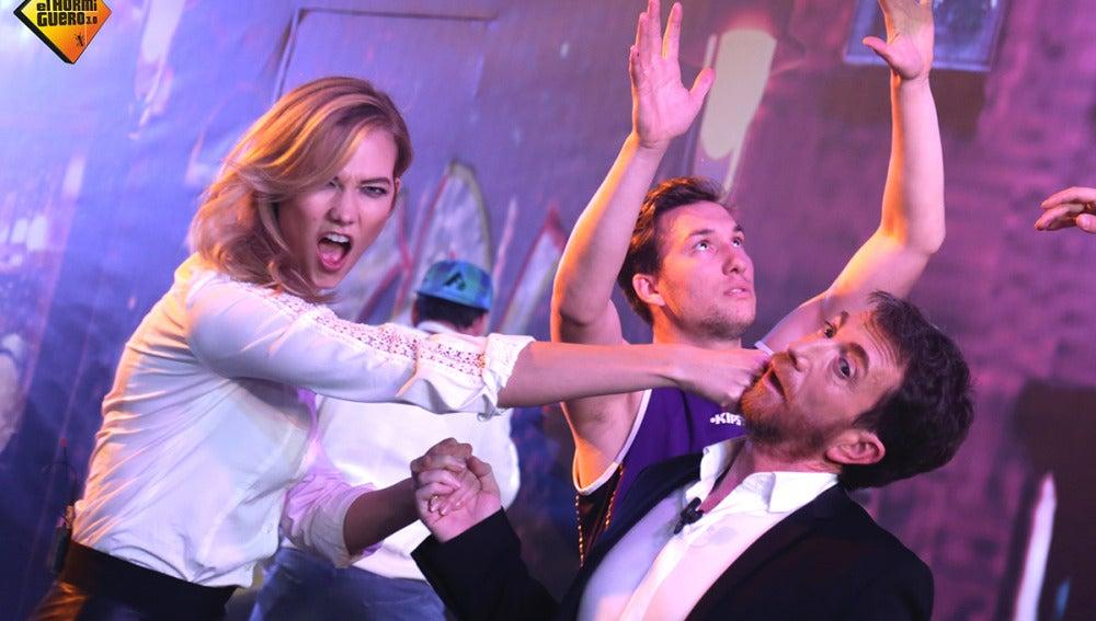 Karlie Kloss se atreve con el 'Mannequin Challenge' en 'El Hormiguero 3.0'