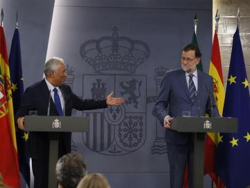 Mariano Rajoy saluda al primer ministro portugués, Antonio Costa