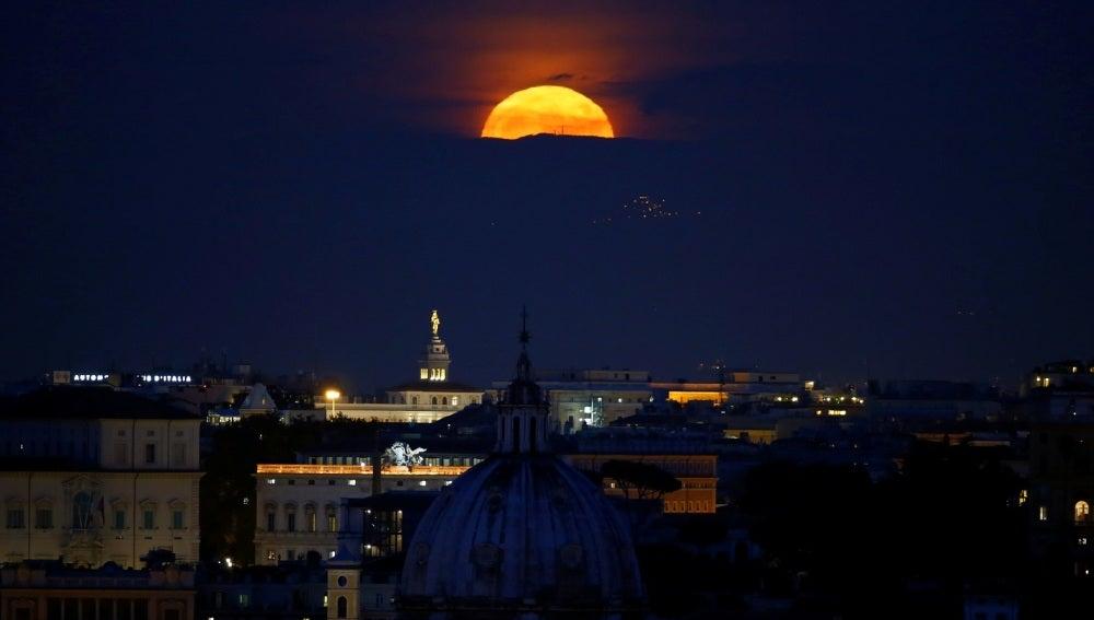 La superluna sobre Roma