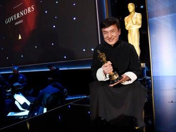 Jackie Chan con su Oscar