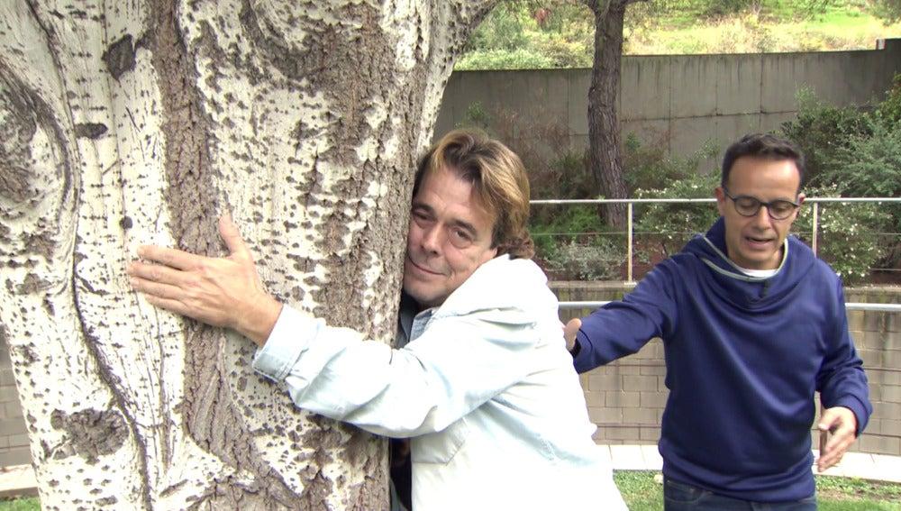 Juan Muñoz siente la energía de la naturaleza para ser Roberto Carlos