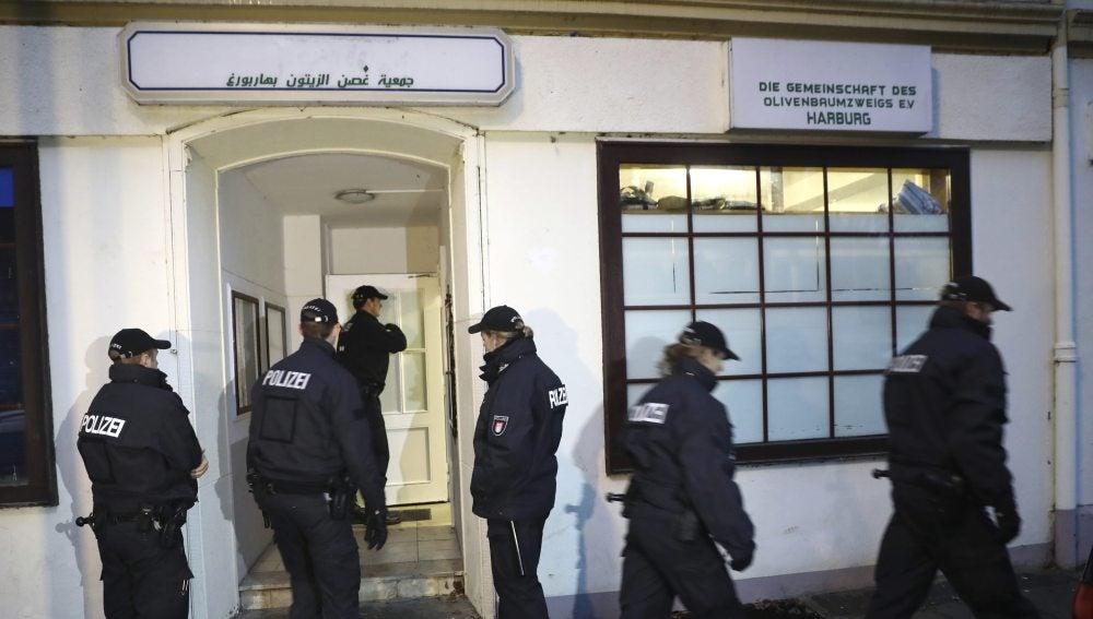 Policías ante la mezquita Al Taqwa