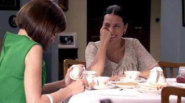 El ataque de risa de María frente a su madre