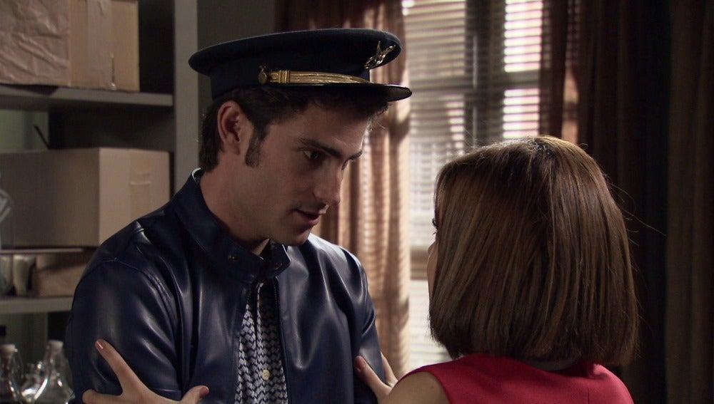 María se lanza sobre Gonzalo