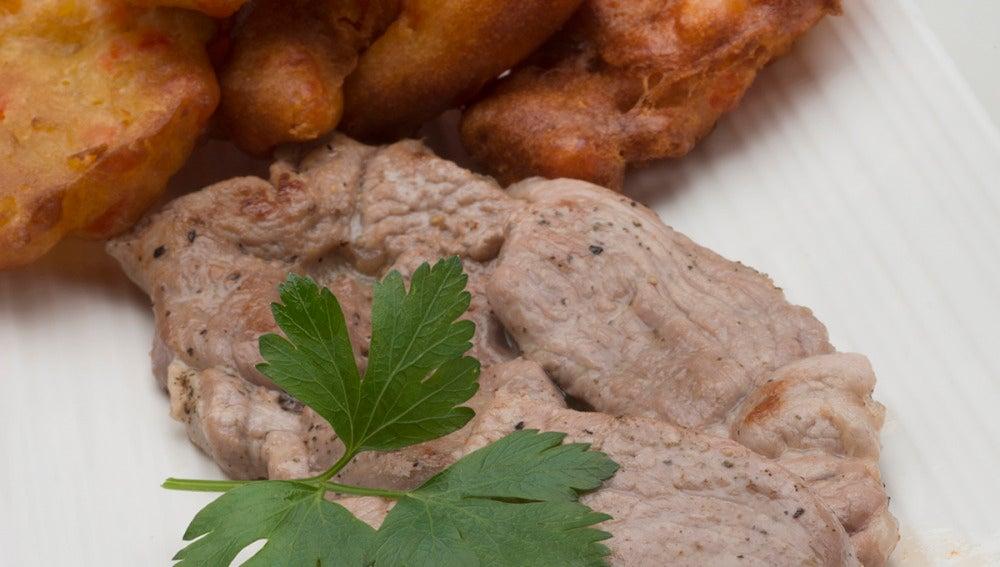 Filetes de cordero con buñuelos de pimiento.