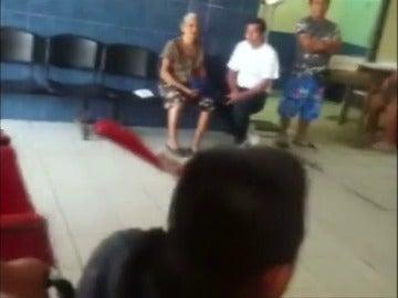 Un hombre con un cuchillo clavado en la cabeza entra caminando en urgencias de un hospital