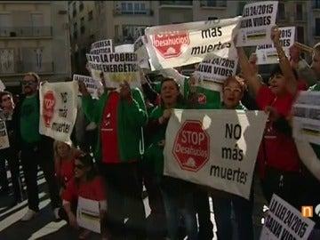 Frame 107.805619 de: Protestan en Reus tras la muerte de una anciana que tenía la luz cortada