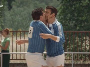 Lleno de emoción, Raúl besa a Humberto Santamaría