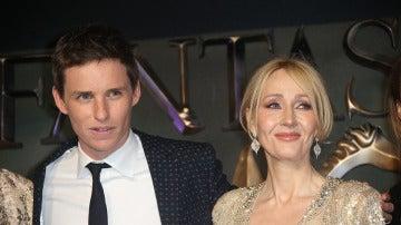 Eddie Redmayne junto a J.K. Rowling