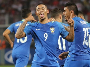 Gabriel Jesús celebra su gol ante Perú