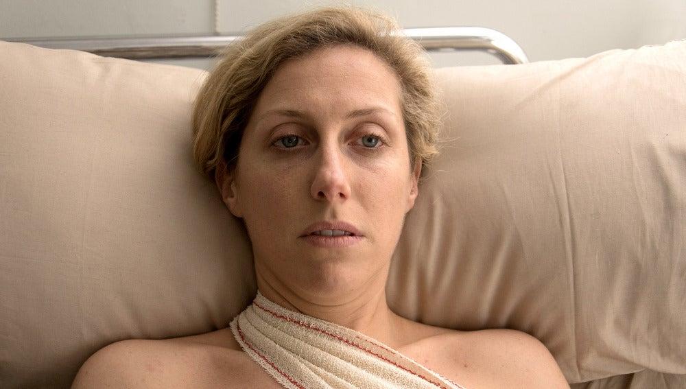 Rita despierta de la operación arropada de sus seres queridos