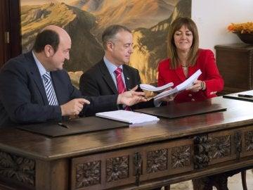 Andoni Otuzar, Iñigo Urkullu y Idoia Mendia durante la firma