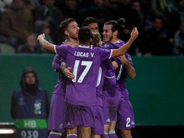 Jugadores del Real Madrid celebrando el gol de Varane