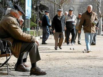 Un grupo de mayores en un parque