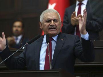 El primer ministro de Turquía, Binali Yildirim, habla en el Parlamento en Ankara, Turquía