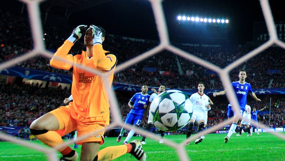 Sergio Rico lamenta el gol marcado por Marchisio