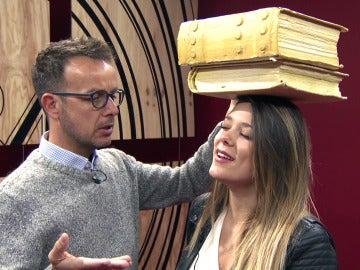Lorena Gómez trabaja en 'el cuello elegante' de Rocío Dúrcal