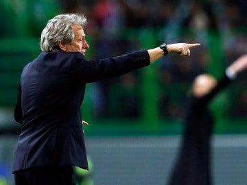 Jorge Jesús dando órdenes a sus jugadores