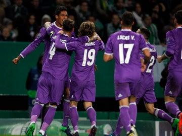 Varane celebra con sus compañeros su gol ante el Sporting de Portugal