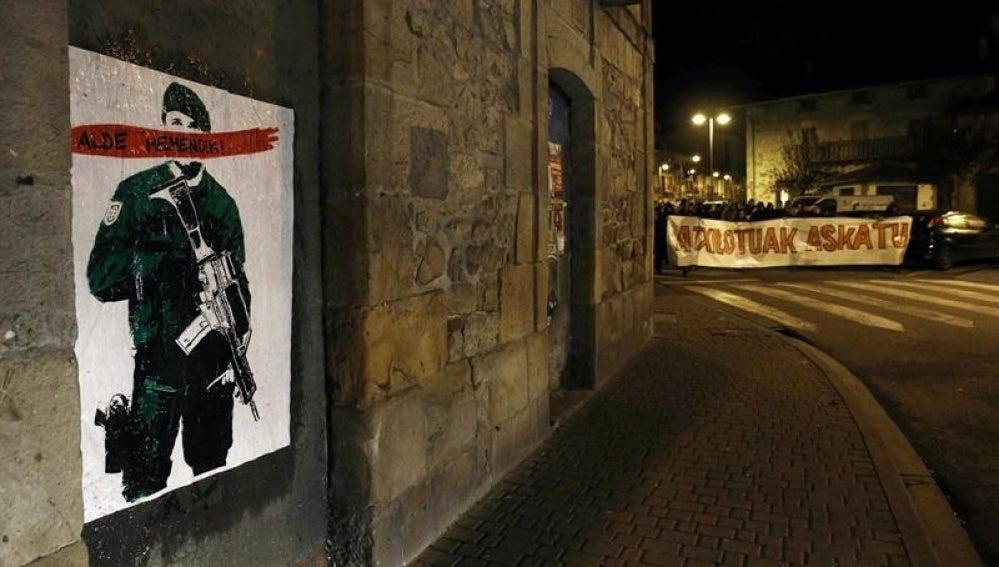 """Cartel colocado en Alsasua con la frase """"Alde Hemendik-Fuera de aqui"""" tras la detención de varios jóvenes por la agresión a dos guardias civiles."""