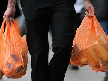 Hombre con bolsas de plástico
