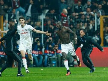 Aboubakar celebra su gol contra el Benfica