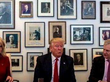 Frame 22.842816 de: Donald Trump se acerca a la prensa y mantiene un encuentro en la redacción del New York Times